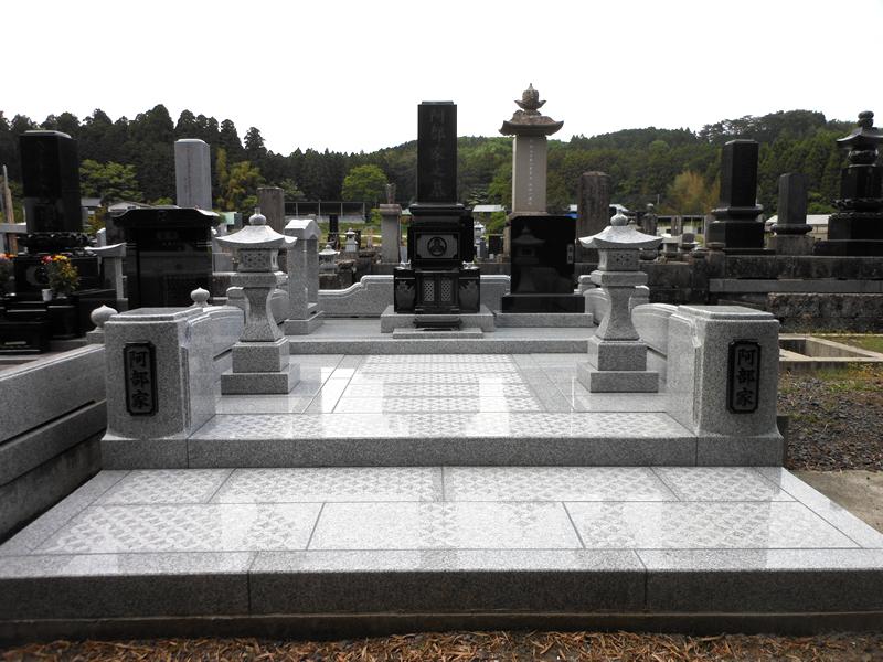 灯篭付きの和型の墓