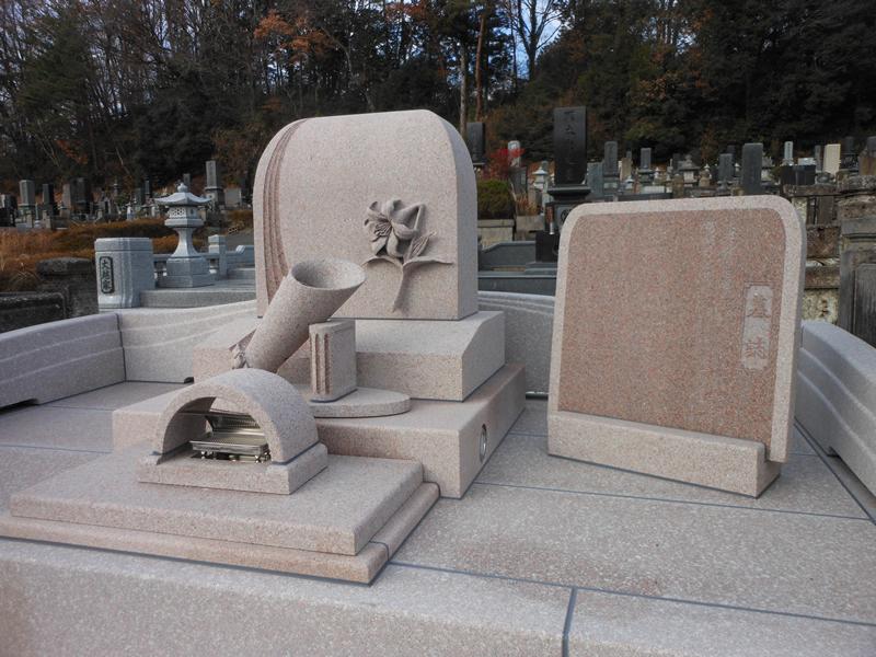 立体的な花をあしらった洋型の墓